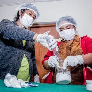 Pobladoras preparando aceites de las plantas nativas para elaborar cremas naturales.