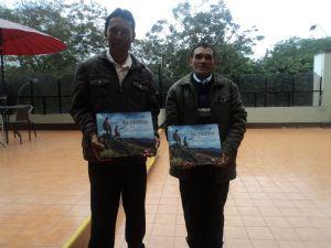 Los líderes Comunales Adrián Castillejo y Vicente Salvador, orgullosos de ser parte del libro Lecciones de la Tierra.