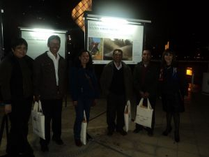 Luego de la presentación del libro, posan para la cámara acompañados de los representantes del Ministerio del Ambiente.