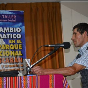 Celso Jaimes Vásquez de la Mancomunidad Municipal Tres Cuencas en Ancash, grabando el audio para radio que replicará en su comunidad de Aquia, para que los pobladores se preparen ante el cambio climático