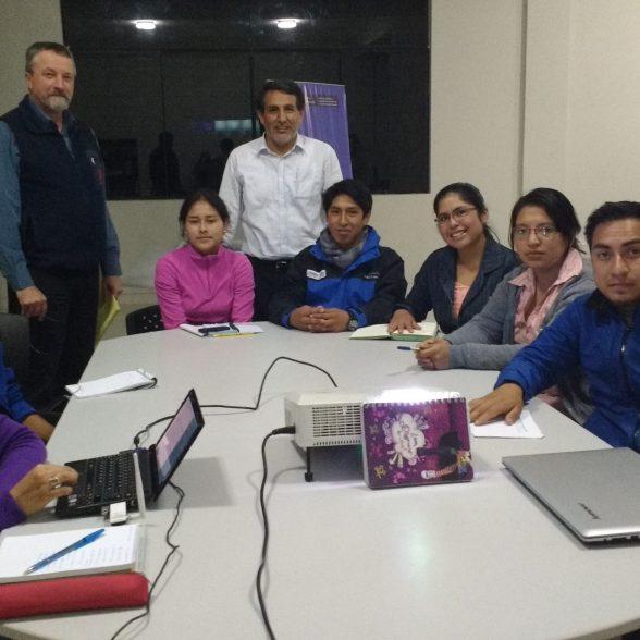 Jóvenes egresados de la Unasam, quienes desarrollan pasantías en el Instituto de Montaña participan de la implementación del Sistema Integral de Automatización de Bibliotecas en temas de glaciares y ecosistemas de montaña