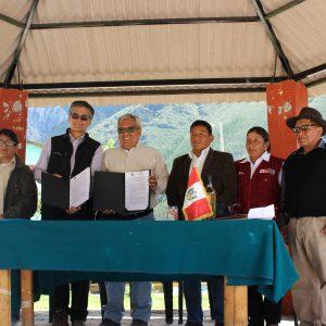Jorge Recharte (IM) y Pedro Gamboa (SERNANP) junto a las autoridades de Carania